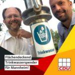 Die CDU-Stadträte Chris Rihm und Thomas Hornung beim Trinkwasserspender auf dem alla hopp!-Platz in Ilvesheim