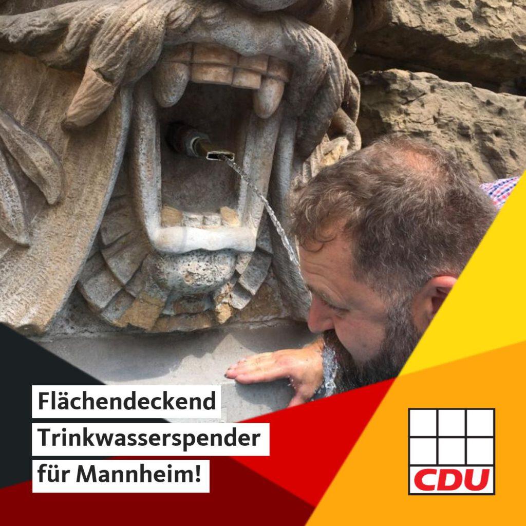 Der CDU-Fraktionsgeschäftsführer Matthias Sandel am einzigen öffentlichen Trinkwasserspender am Wasserturm.